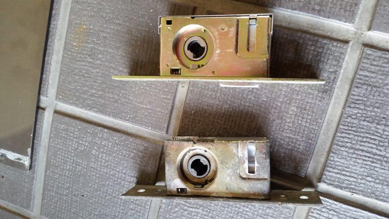 自動ドアの錠ケース交換作業